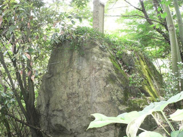 知るべ岩(弘法の投げ岩)