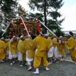 公智神社秋祭りの神輿 担ぎあげるところ