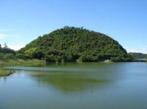 金仙寺湖から丸山を望む