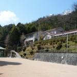 湯山街道と旧船坂小学校