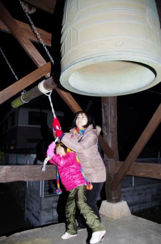 親子で除夜の鐘
