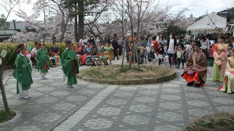 会場広場で記念の舞い