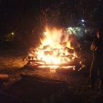 かがり火で暖をとります