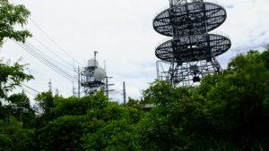 頂上の電波塔です