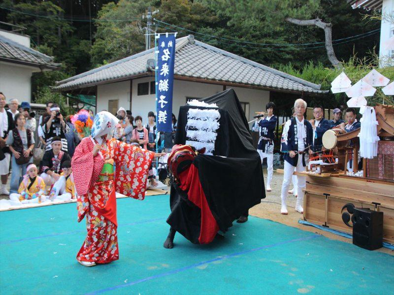 公智神社の秋祭りで奉納される神楽舞